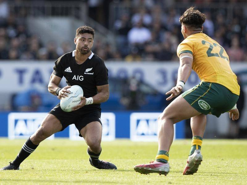 Richie Mo'unga (l) says Noah Lolesio will enjoy the challenge of a Wallabies debut against NZ.